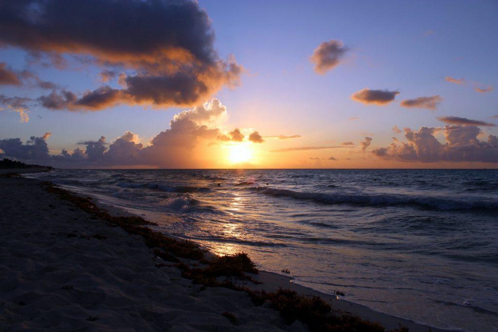Безумно красивый рассвет на Карибах