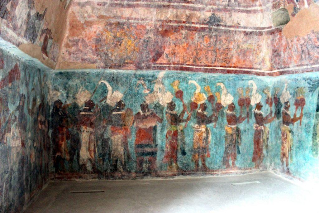 В эту пирамиду в Бономпаке стоит попасть ради рисунков