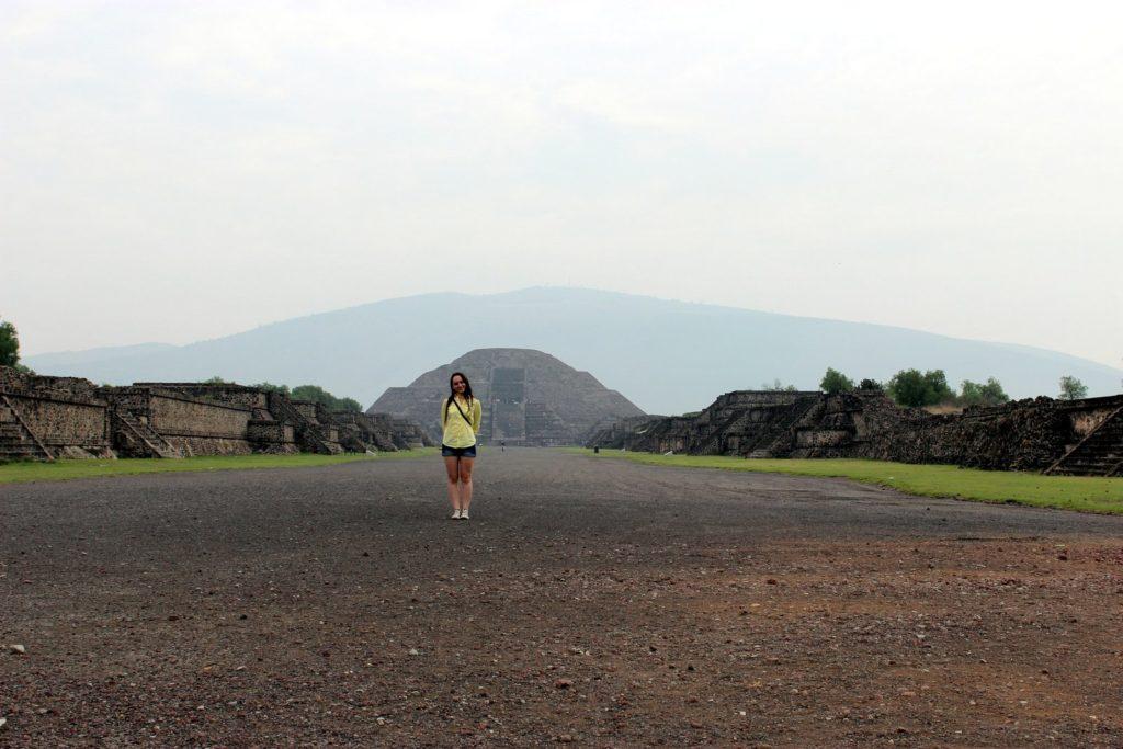Дорога мертвых в Теотиуакан вид на пирамиду Луны