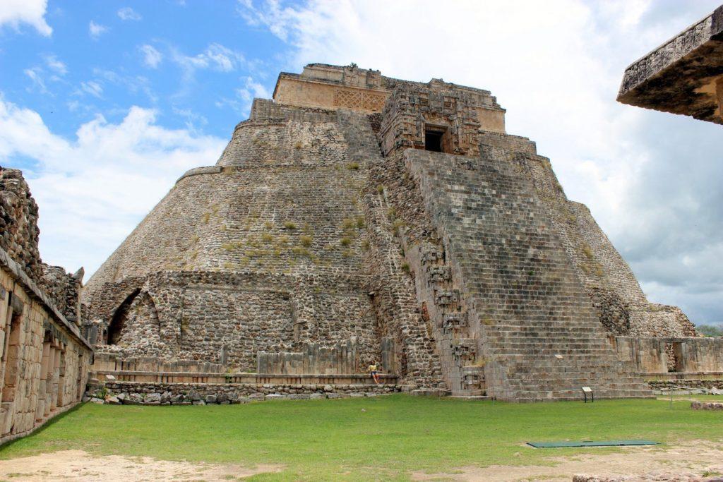Сравните высоту пирамиды в Ушмаль