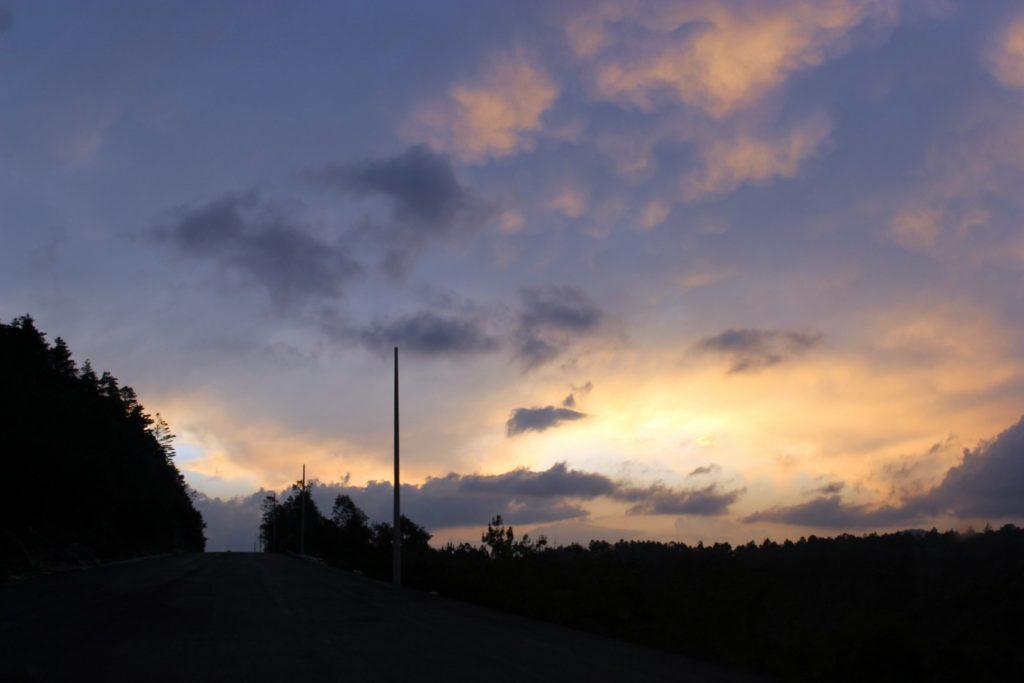 закат на трассе Мексике