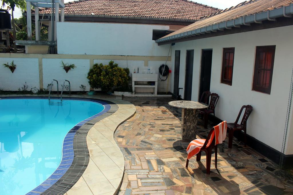 Задний дворик, бассейн