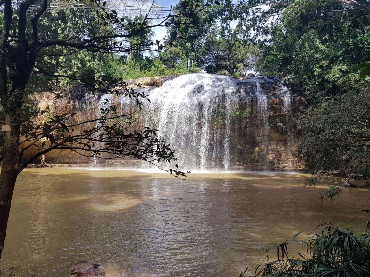 Водопад в парке. Можно погулять под ним. А вообще наверное не стоит ехать в такую экскурсию. Лучше во Вьетнаме везде самому передвигаться. Главное попрактикуйтесь на байках кататься.