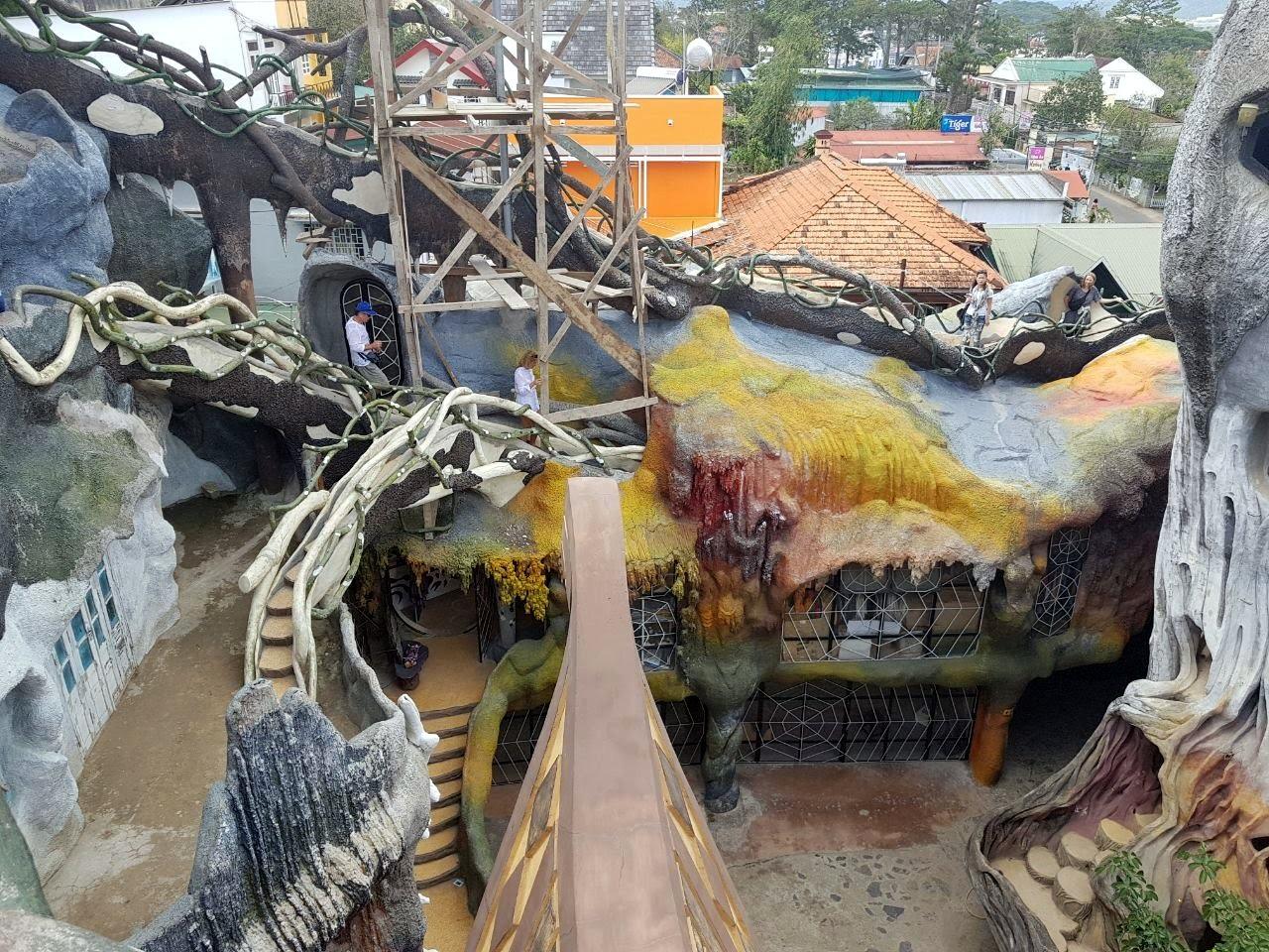 Лабиринты сумашедшего дома в Далате. Вполне реально заблудиться