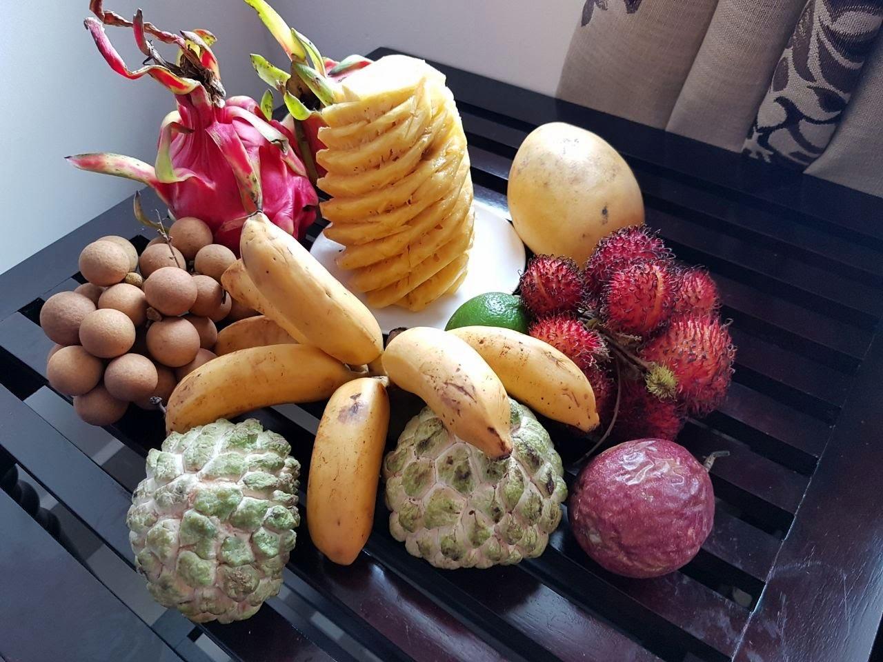 Это неполная фруктовая корзинка, но очень крутая! Все это стоит максимум 10 долларов, заменяет парочку обедов на двоих