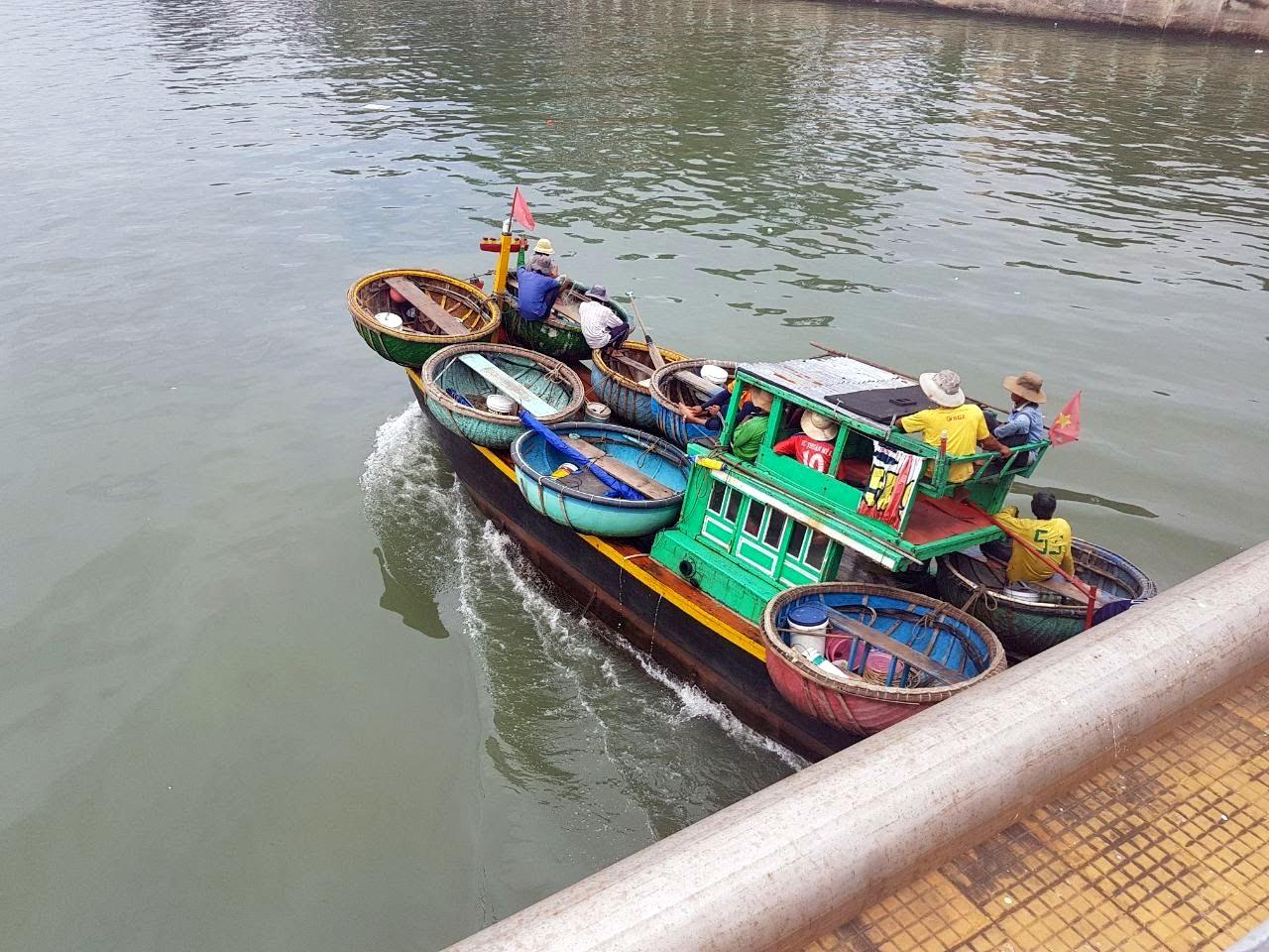 Мы поставили лодки на лодку. А вообще жаль что не поплавали на такой. Прогуливаясь по Фантьету можно много интересно и необычного для нашего человека увидеть. Очень советую, особенно тем кто любит совать свой нос.